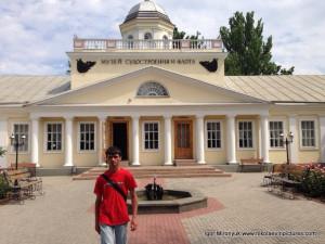 Игорь Миронюк, позади музей Судостроения и Флота