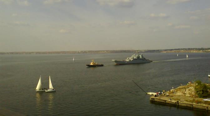 Корабль подходит к Варваровскому мосту.