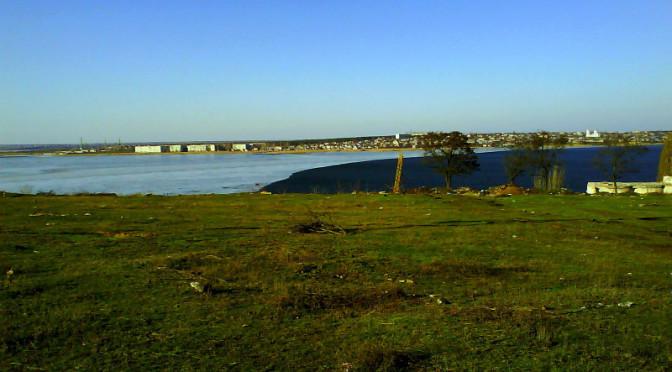Южный Буг весной вовремя оттепели: половина реки покрыта льдом.