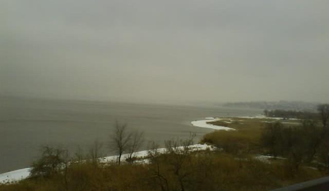 Белая полоска - это берег, река не замёрзшая.