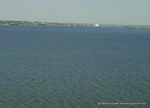 Вода... и где-то вдали видно белое пятно... то мельница в Варваровке.