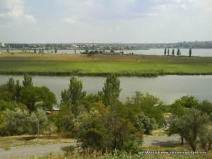 Отсюда видно речку, омывающую полуостров Аляуды.