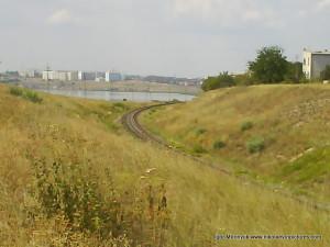 Железная дорога заворачивает за угол, полуостров закончился.