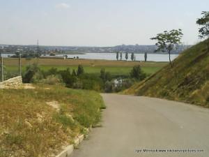 Дорога вниз с пейзажем на Аляуды.