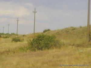 Справа - земляная насыпь, железная дорога.